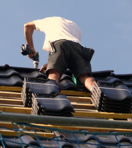Dachdecker auf einem Steildach